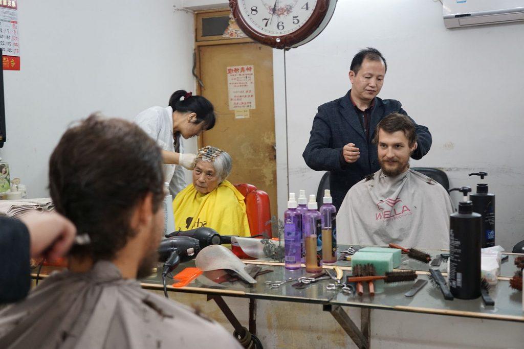 Prosta sprawa dogadać się z fryzjerem. Pokazałem, że chcę to samo co ma robione Pani po mojej lewej, tylko żeby zostawił brodę.