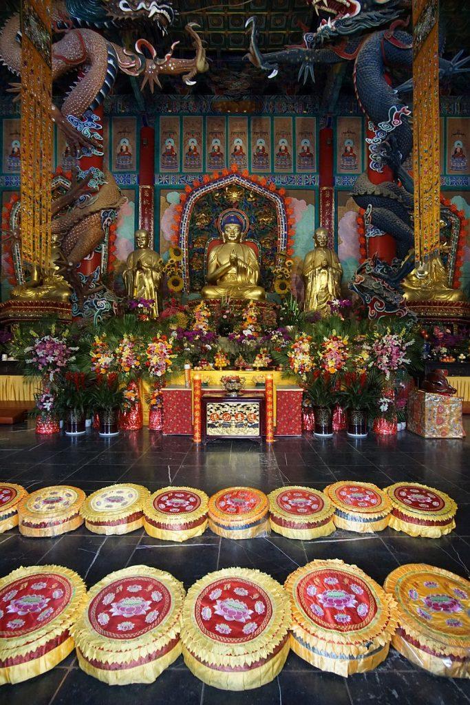 Buddyjska świątynia od wewnątrz.