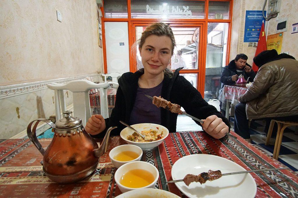 """Kebab z zupą, która wedle tłumaczonego menu nazywa się """"smażony makaron"""". Muszą popracować nad tłumaczeniami."""