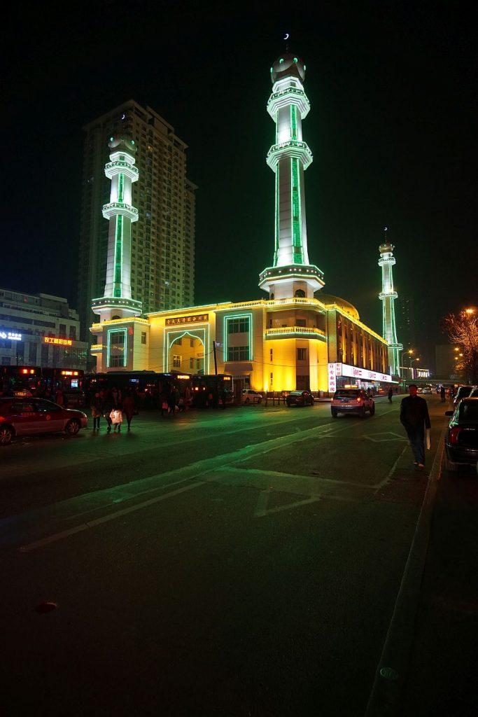 Chińczycy mają problem z wyważeniem ilości oświetlenia. Świecące małe półksiężyce i zielone minarety to ich styl.