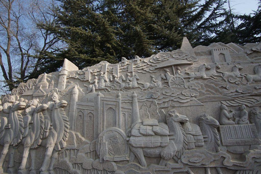 Jedwabny szlak na płaskorzeźbach. Popularna ozdoba chińskich parków.